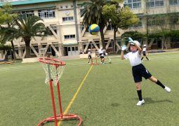 体育で新しいボール遊び